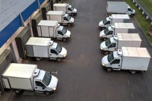 автомобили на разгрузке у склада